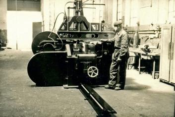 Norbert Breusch 1961 als frischgebackener Facharbeiter der Fa. Koenig neben einer fertig montierten großen Richtpresse.