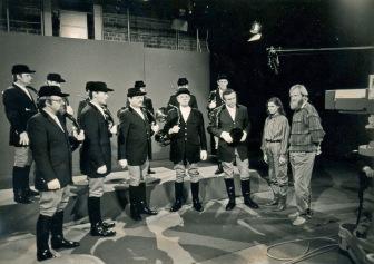 Der Kurpfälzer Jagdhornbläserkreis am Hubertustag 1989 im Fernsehstudio Baden-Baden (links außen Norbert Breusch, rechts außen Reinhold Stief bei der Moderation).