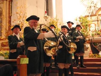 Die Jagdhornbläser Kraichgau-Steinsberg bei einer     Hubertusmesse in der kath. Kirche Eppingen-Elsenz im Jahr 2010 (vorne Norbert     Breusch), Foto: Tim Kegel, Rhein-Neckar-Zeitung.